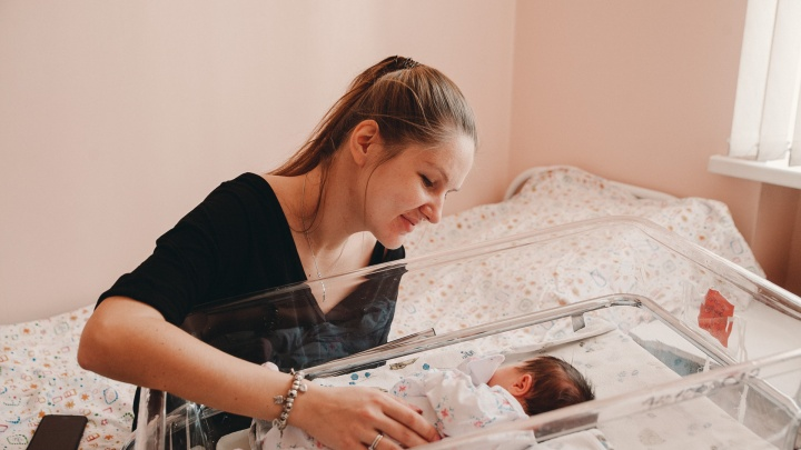 Санитарки-близнецы, розовые кровати и ПП-меню: изучаем, как устроен тюменский роддом № 2