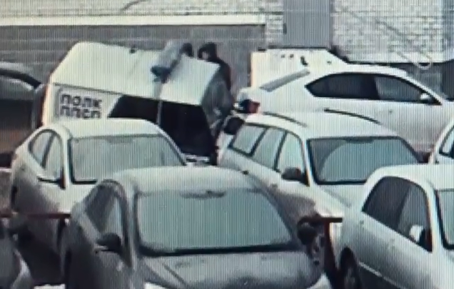 Полицейский уазик провалился в коммунальную яму во дворе на Химмаше