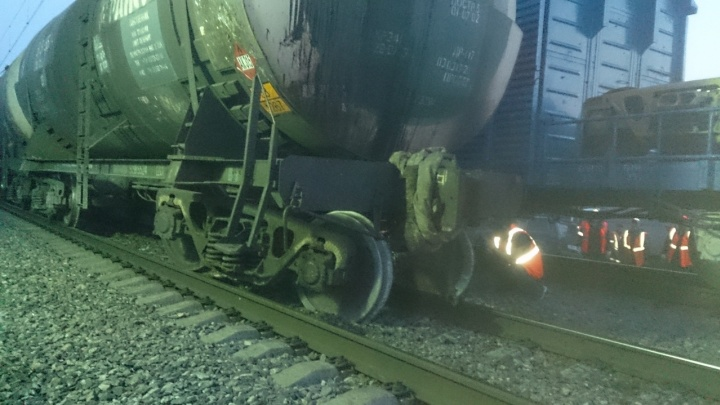 В Курганской области цистерна грузового поезда сошла с рельсов