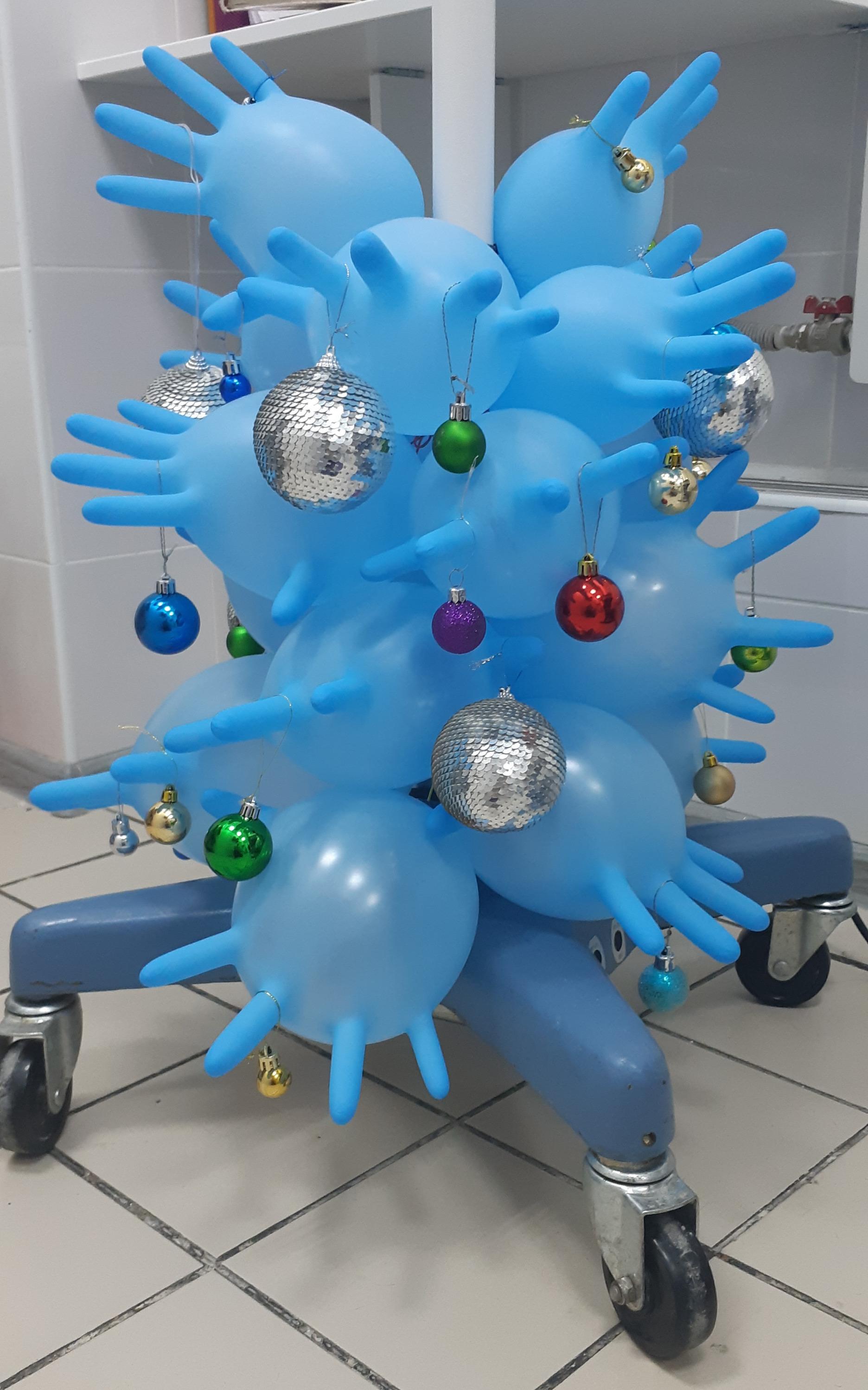 В ветеринарной клинике «МастерВет» ёлка сделана из хирургических перчаток