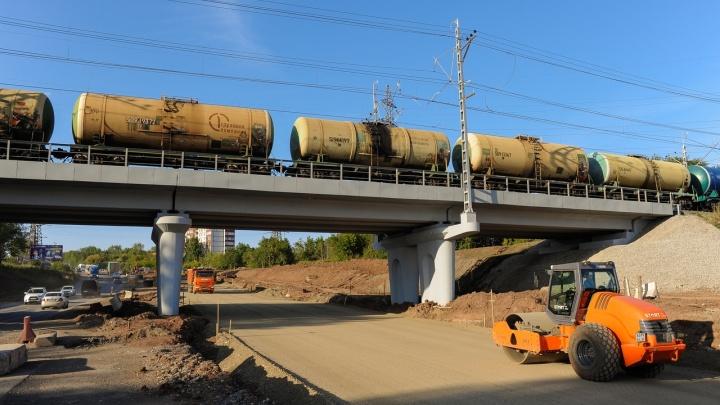 Готовят основание, устанавливают светофоры: рассказываем, как идет реконструкция улицы Героев Хасана
