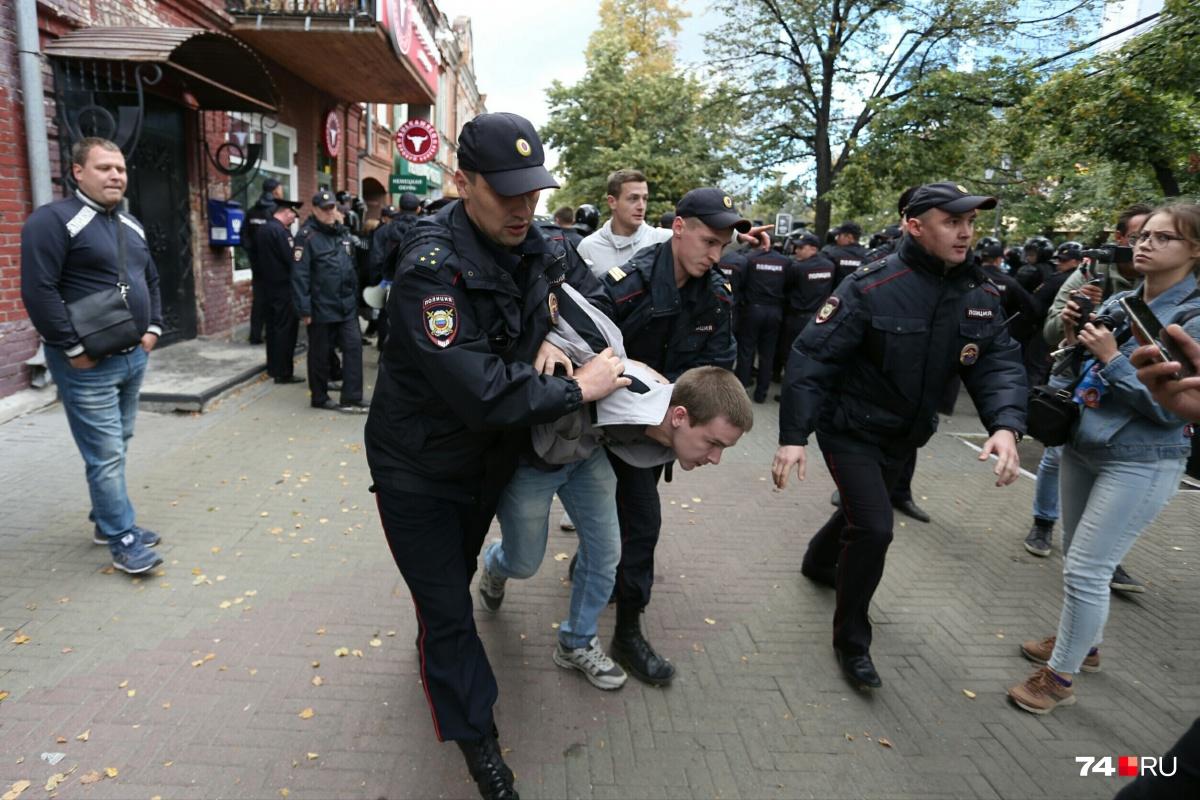 Парня жёстко скрутили и засунули в полицейский «уазик»