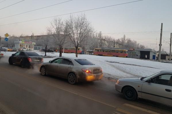 По словам очевидцев, водители машин и трамваев томятся в пробках