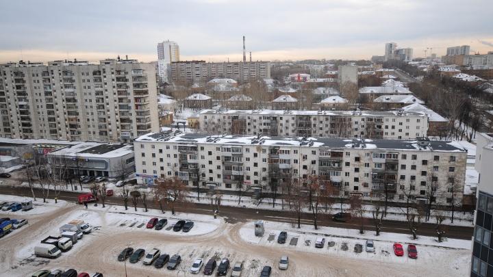 Считают окна, жильцов и котиков: перед ЧМ по квартирам на Эльмаше зачастили участковые