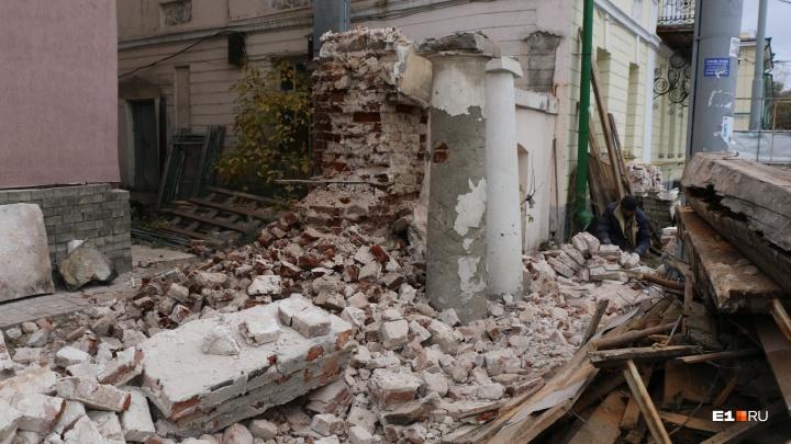 Часть старинной усадьбы на Декабристов, которую должны были отреставрировать, разобрали на кирпичики