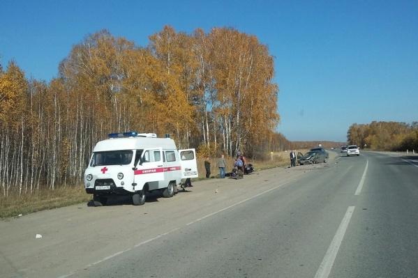 «Ниссан Блюберд» решил обогнать грузовик и не успел съехать со встречной полосы