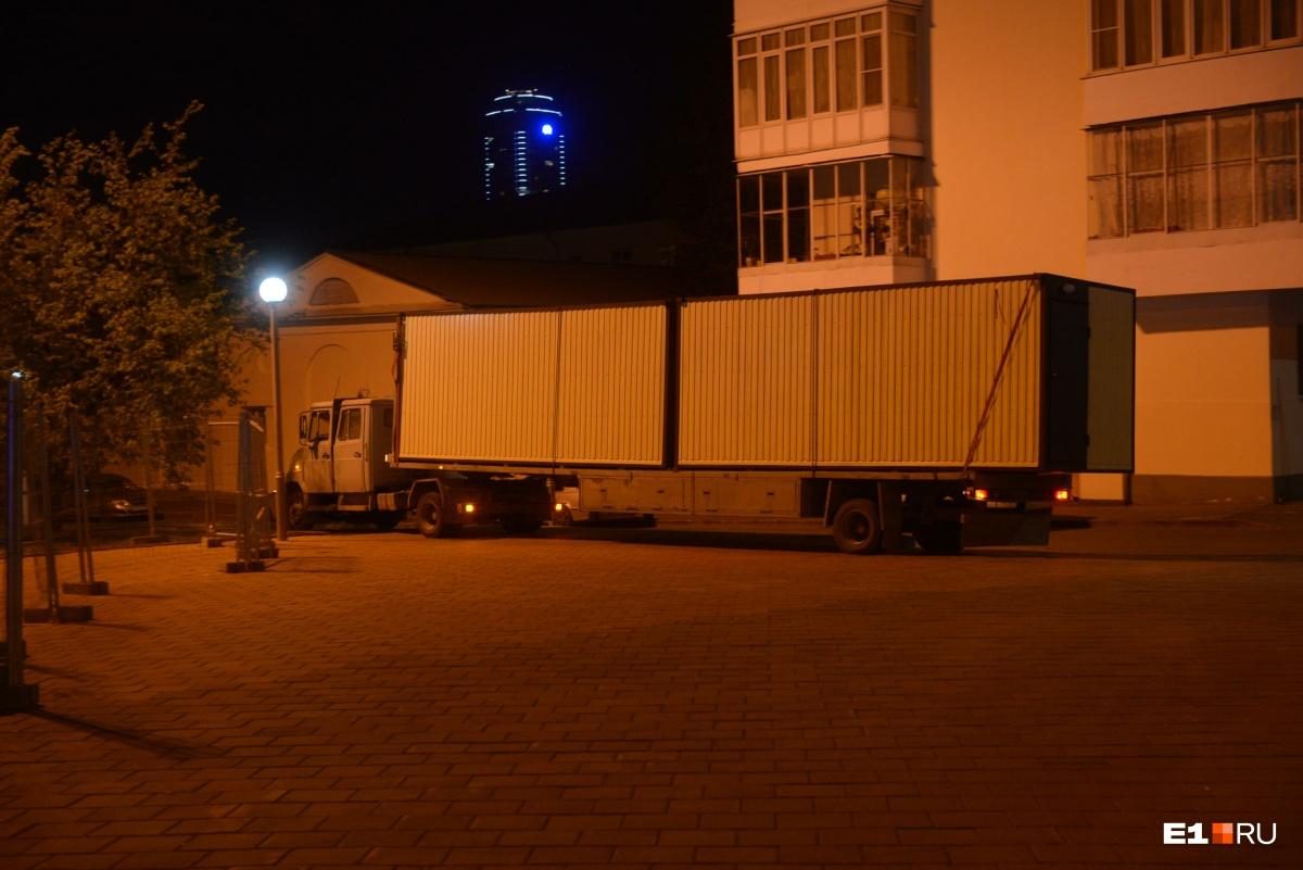 На территорию обнесённого забором сквера у Драмтеатра завезли строительные вагончики и технику