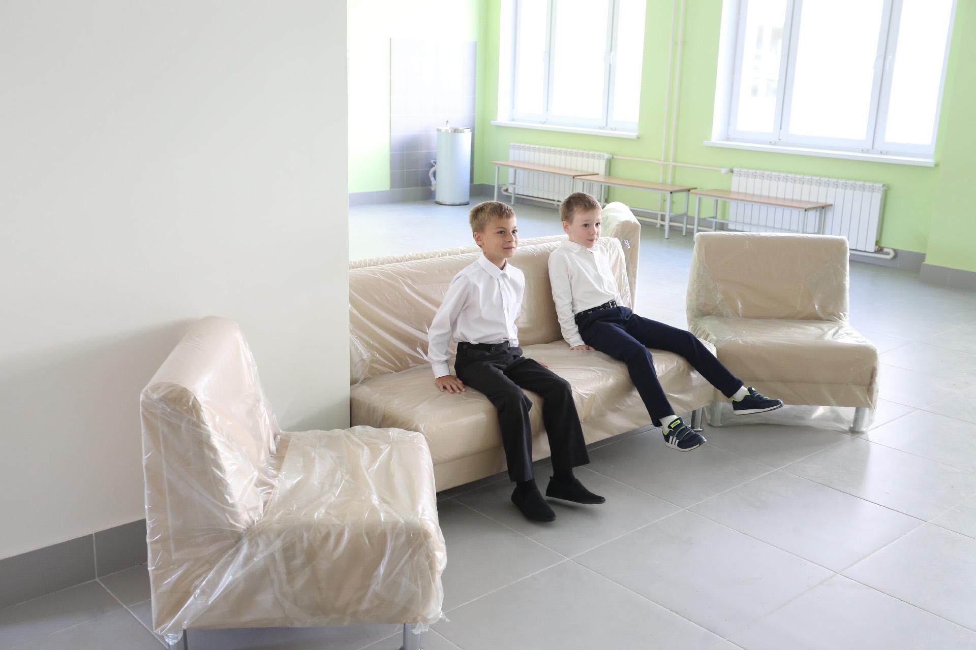 Новую мебель ещё не успели расчехлить