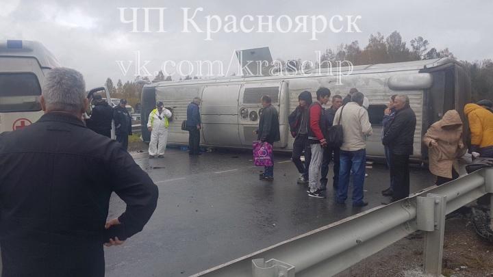 Под Красноярском перевернулся рейсовый автобус: есть пострадавшие