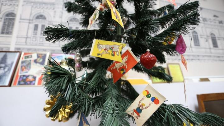 Праздник за шторами и кукуруза на ёлках: как в Челябинске создавали новогоднее настроение