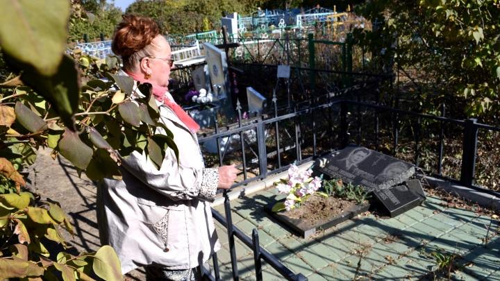 Не дают покоя на том свете: под Ростовом на кладбище вандалы осквернили десятки могил
