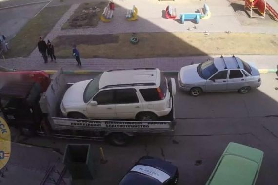 Парень приехал на нанятом эвакуаторе и просто погрузил на него чужую машину