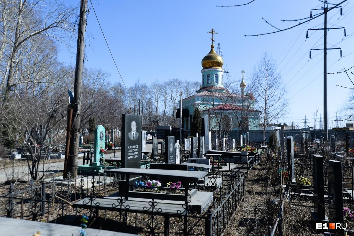 Как обычно бывает на кладбищах, ближе к церкви расположены самые внушительные надгробия