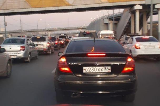 На Большевистской собралась 4-километровая пробка — водители стоят в ней уже час
