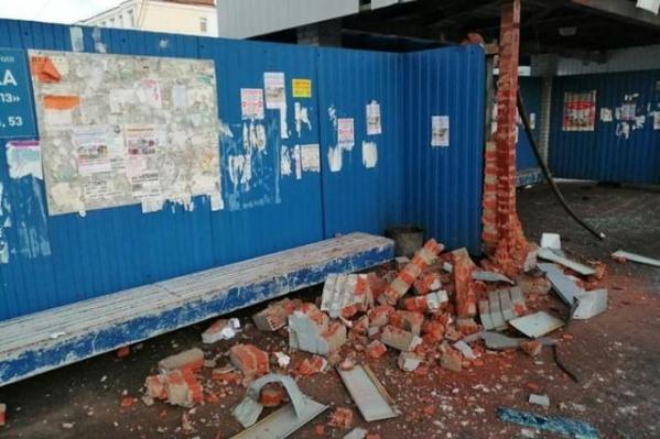 Причина, по которой обвалилась стена остановки, пока неизвестна