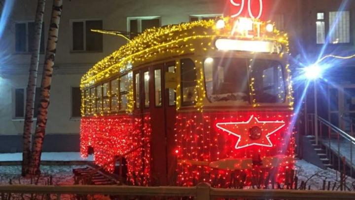Ретротрамвай в Перми украсили светящимися гирляндами в честь 90-летия