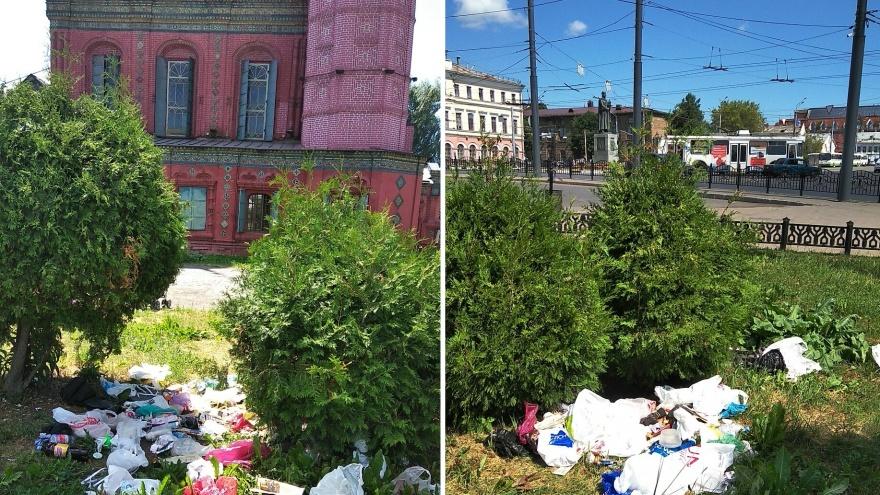 Навалили у храма: в Ярославле выбросили мусор на центральной площади