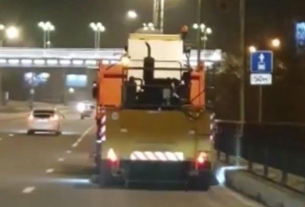 Дорожники впервые начали пылесосить дороги зимой