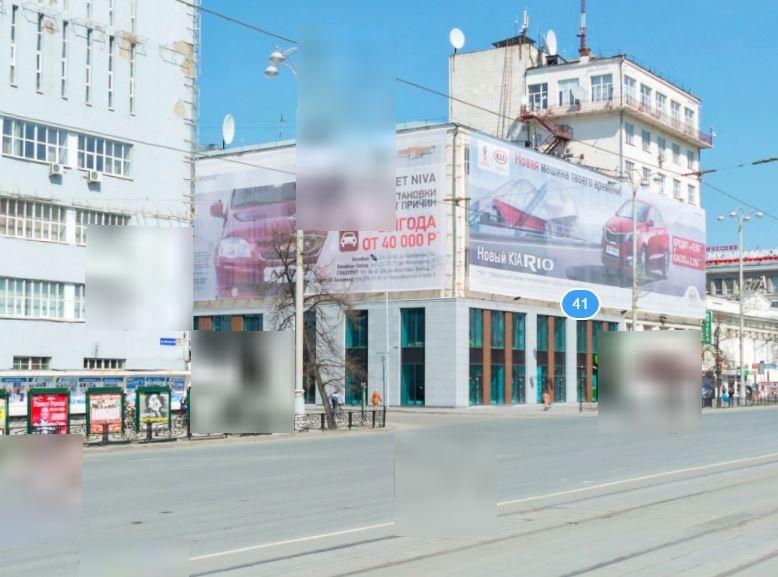 На скрине видно, что на Главпочтамте (серое здание) есть крюки для рекламы. После реконструкции  их убрали
