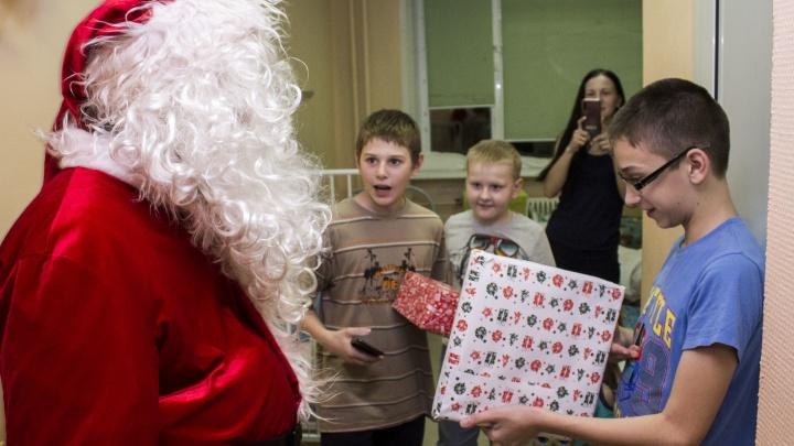 Дед Мороз привез подарки малышам, оказавшимся в больнице перед праздниками. Реакция детей — в 8 фото
