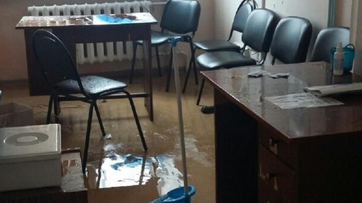 В Перми из-за потопа в детской поликлинике пришлось эвакуировать пациентов и их родителей