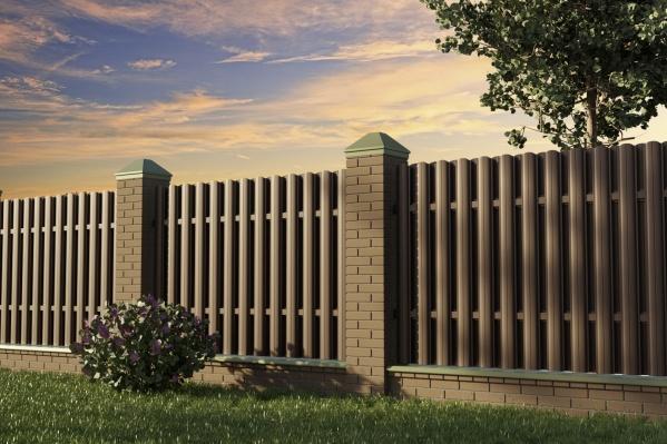 Забор — не просто ограждение территории, но и элемент декора, дополняющий общий вид