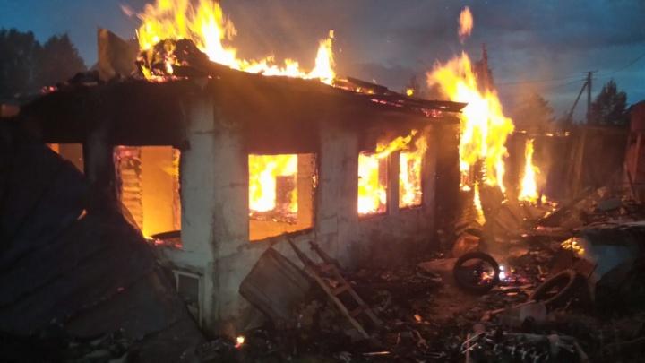 На Чусовском тракте сгорел построенный из бутылок дом, погиб мужчина