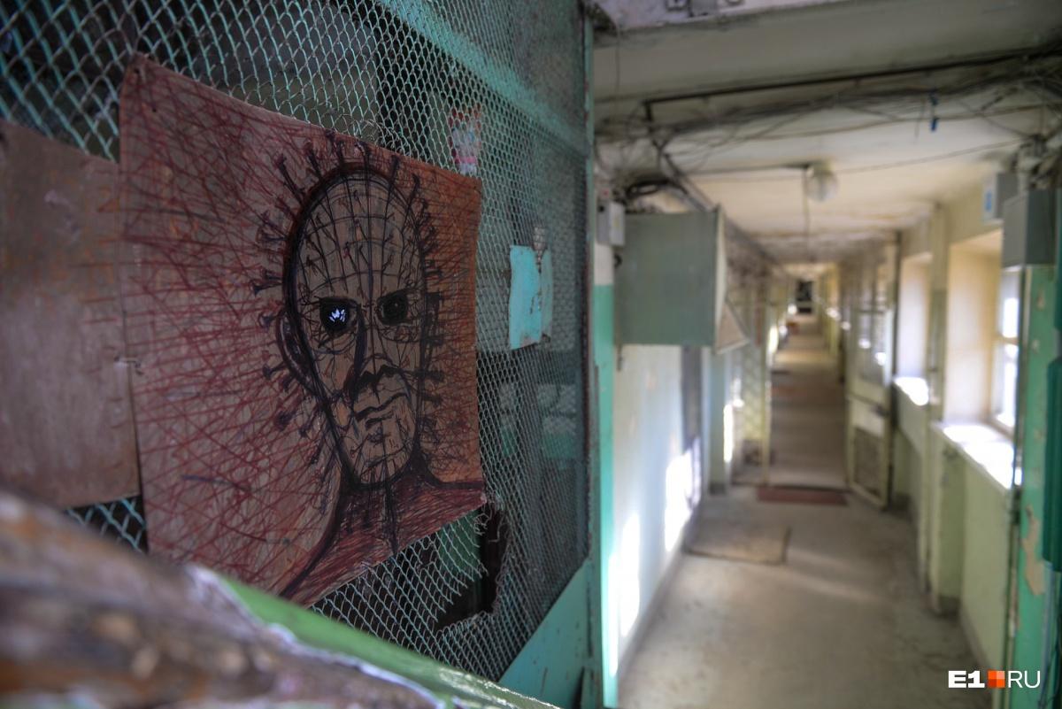 Народное творчество на шахте лифта