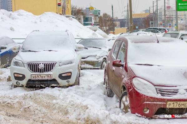 Самарцы предпочитают парковать машины бесплатно — во дворах