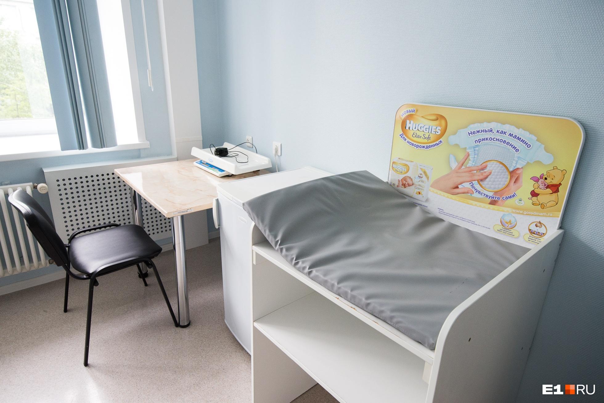 В палатах есть весы для измерения веса младенца, холодильник, туалет и душевая