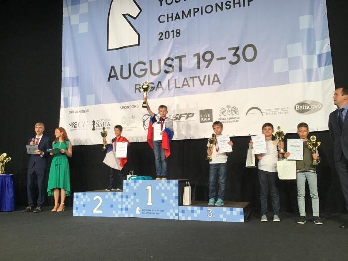 Артём в девяти турах набрал 7 с половиной очков и взошел на верхнюю ступень пьедестала почёта