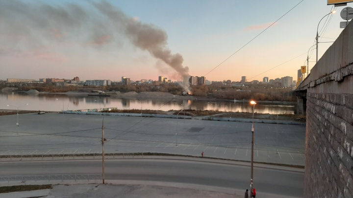 Склад выгорел полностью: очевидцы сняли на видео утренний пожар на правом берегу Новосибирска