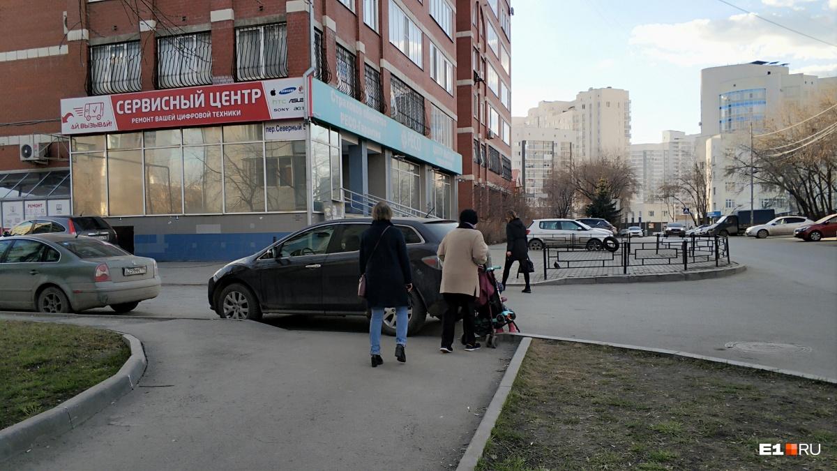 «Я паркуюсь как...»: кто наводит свои порядки на дорогах и становится автохамом