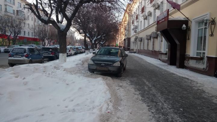 «Я паркуюсь, как...»: автохамы у перекрестка Володарского-Орджоникидзе и инвалид на Chevrolet Camaro