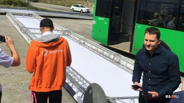 У«Сима-ленда» баннер «Иннопрома» чуть не прибил екатеринбуржцев с детьми
