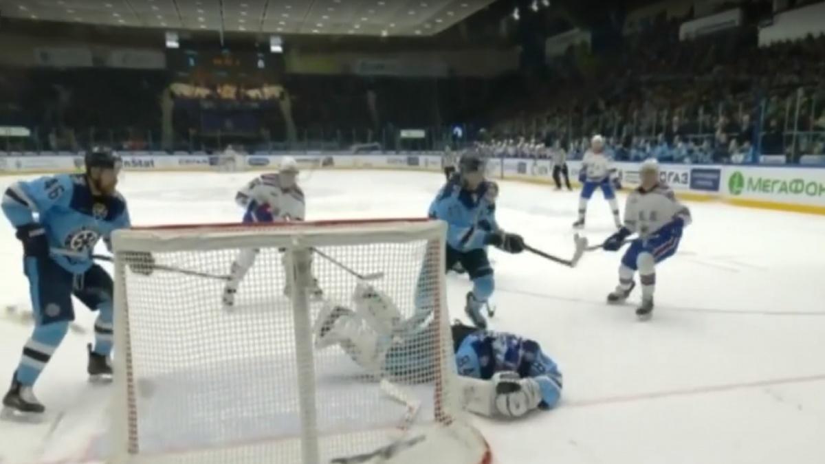 Алексей Красиков поймал шайбу после броска в упор