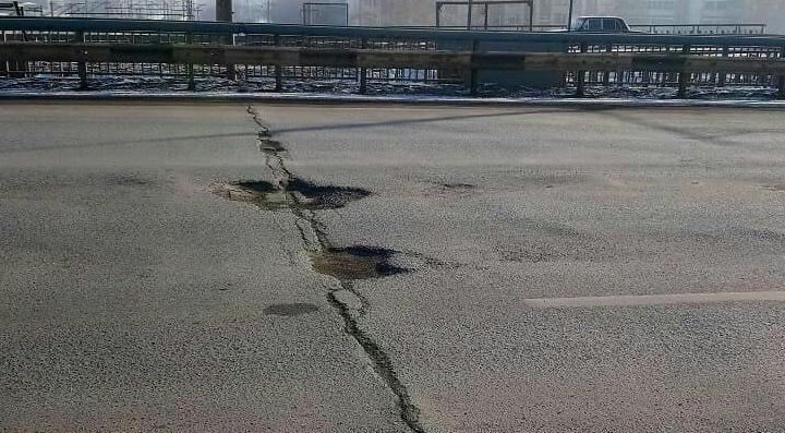 Чиновники рассказали, когда ждать ремонта ям на Мичуринском мосту