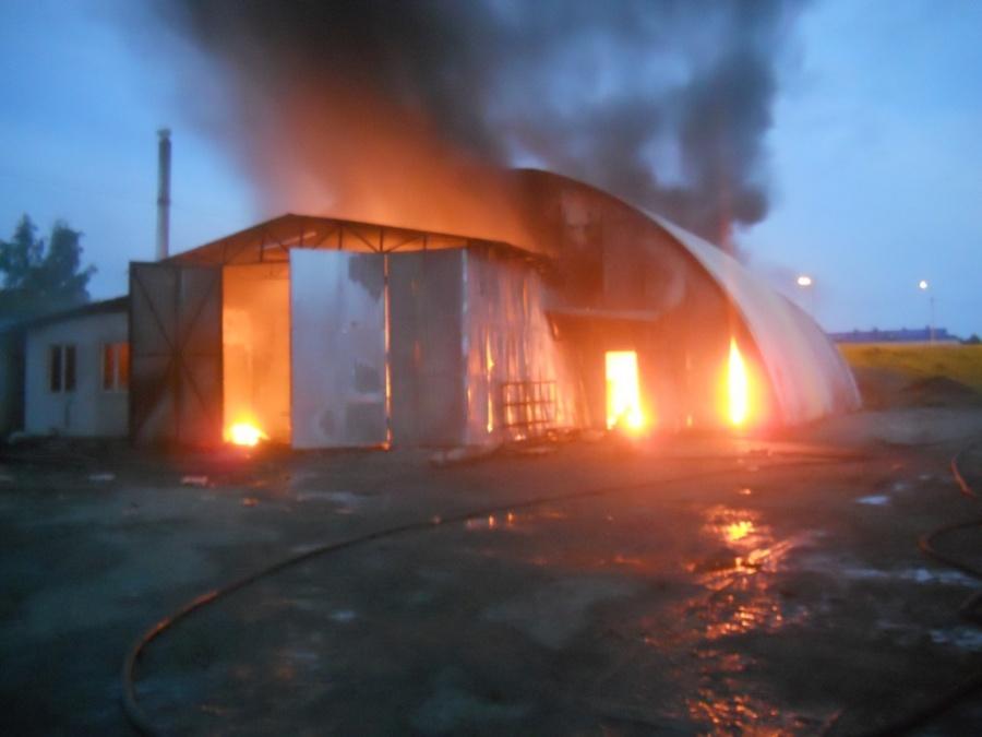 Практически  5  часов тушили сверепый пожар  наскладе под Новосибирском