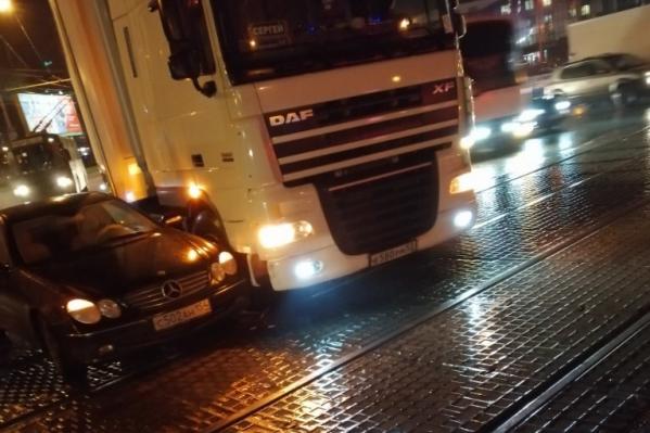 Столкнувшиеся машины заблокировали трамвайные пути