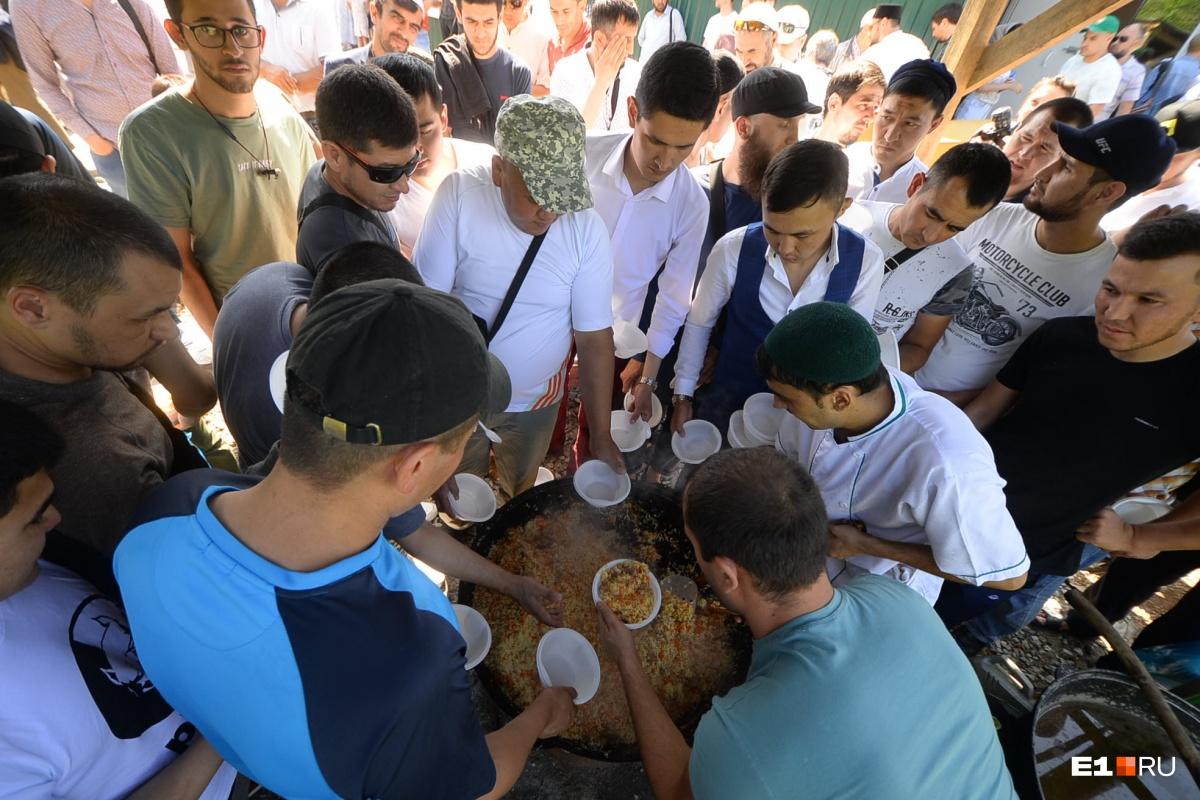 Мусульмане Екатеринбурга помолились и накормили горожан пловом. Власти назвали это незаконной акцией