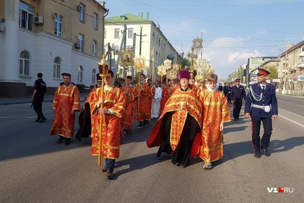 От Свято-Духова монастыря крестный ход возглавил митрополит Феодор