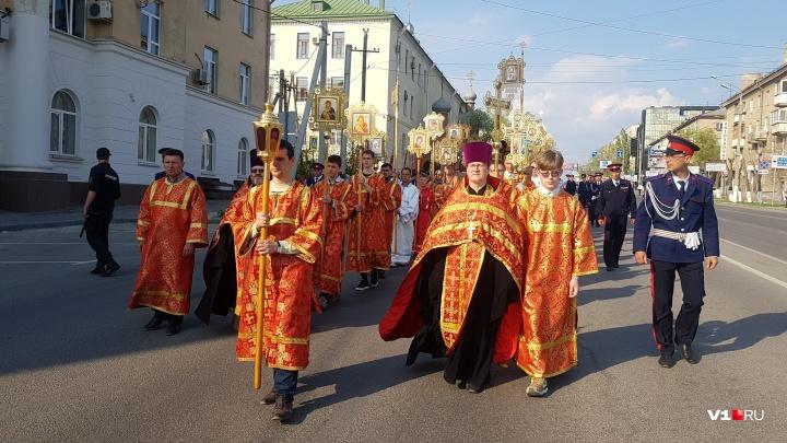 В Волгограде пасхальный крестный ход с задержками дошёл до площади Павших Борцов