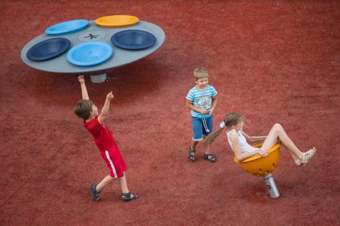 Современные игровые площадки комплектуют элементами, назначение которых может быть не всегда понятно людям постарше.