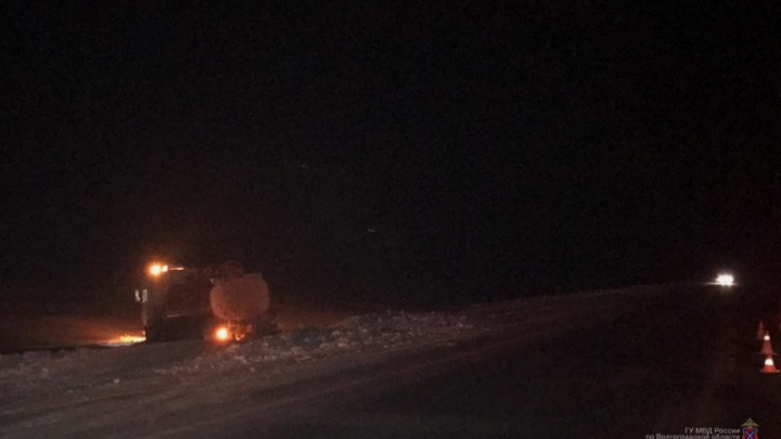 «Шел в сторону Волгограда»: на трассе Р-22 мужчину по очереди переехали бензовоз и два КАМАЗа