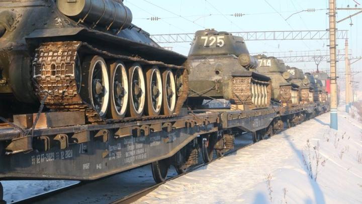 Легендарные танки Т-34 из Лаоса по железной дороге провезли через Красноярск