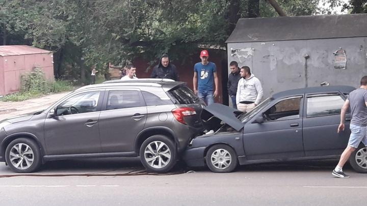 «Десятку затянуло под бампер»: на Партизанской столкнулись три автомобиля