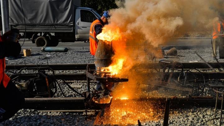 Огонь  и дым до неба: на Татищева начали спаивать стыки на трамвайных рельсах