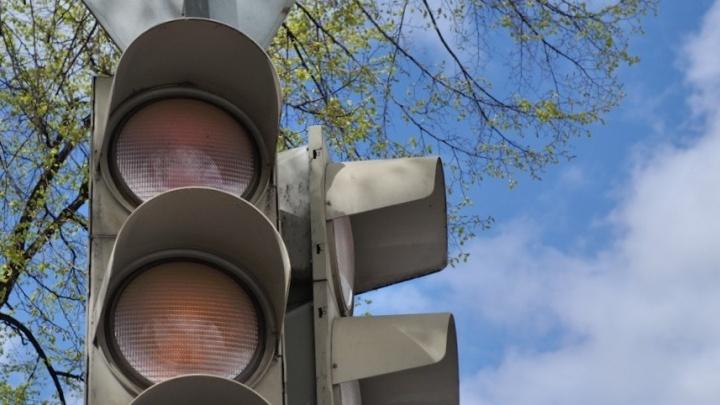 На аварийном участке Полевского тракта поставят светофоры