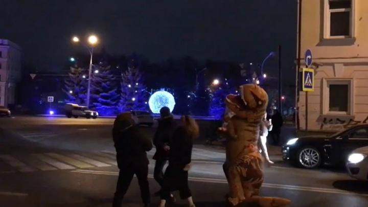 «Жаришка!»: вцентре Ярославля динозавры устроили танцы на дороге. Видео