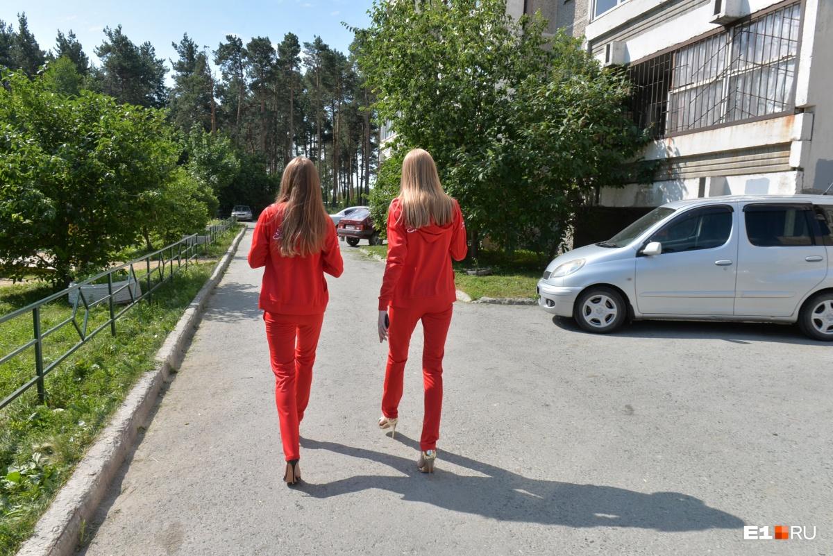 Участниц «Мисс Екатеринбург» одели в спортивные костюмы от уральского модельера: рассматриваем фото